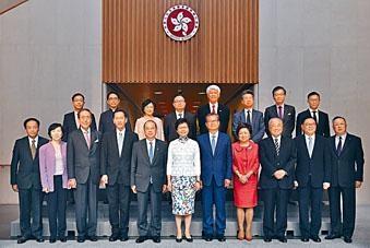 林正財(後排右二)的行會新貴身分為他帶來方便,可在非正式會面時與各司局長討論安老政策。