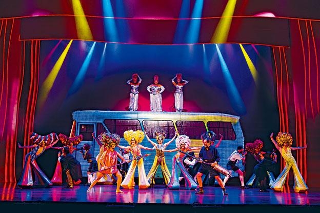 舞台上美輪美奐艷麗不絕的服飾,叫觀眾目不暇給。