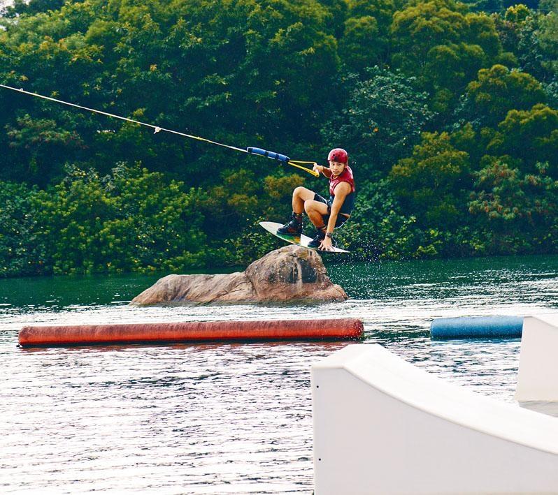 斜台抓板(Kicker Indy Grab):雙足穩扣於滑水板上,單手抓鋼索,當滑板隨電動鋼索的帶動,沿斜台「起飛」至完全離地時,即可用另一手抓着滑水板。