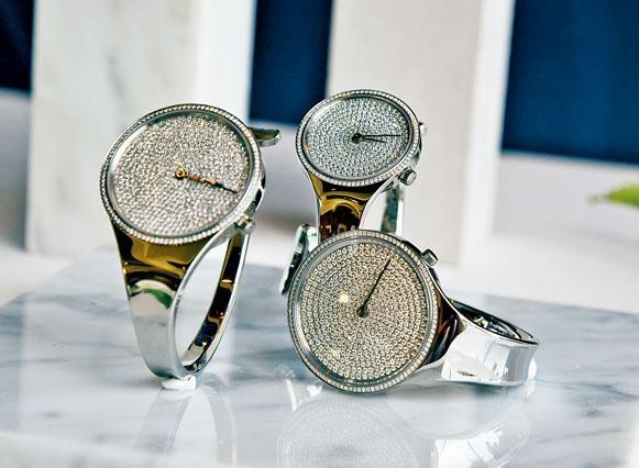 全鑽石的Vivianna系列腕表,鏡面表面融合鑽石的表款設計,簡約中隱現華麗美態,售價約$149,995起。