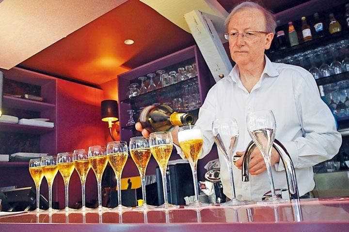 酒吧供應巴爾坡地的三十多款香檳。