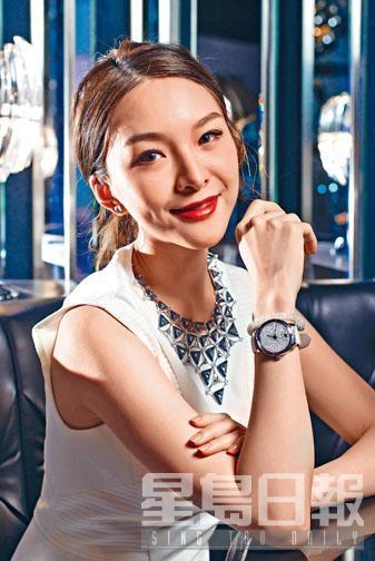 Hologram系列三角形主題水晶項鏈、Glance系列金色鑲水晶耳環、白色皮革表帶拼白色水晶表面手表、白色水晶手鐲。