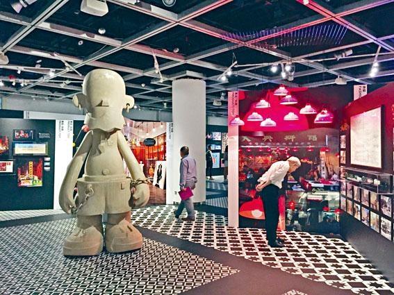 《好香港 好香港》展覽場內,參觀者駐足細看。