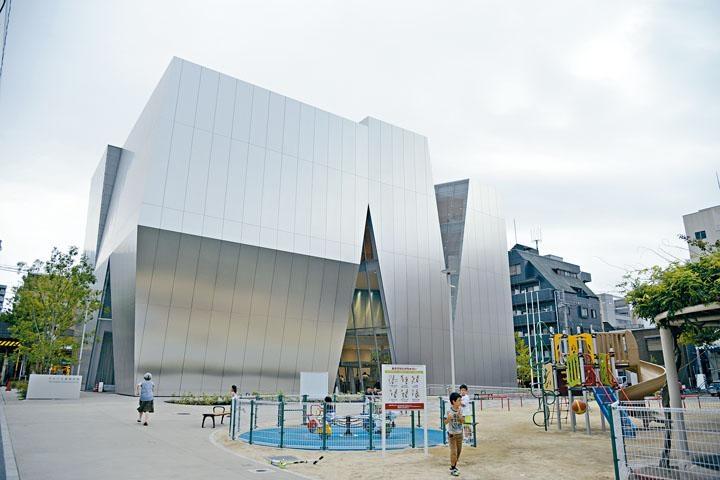 由妹島和世操刀設計的展館,外觀矚目獨特。