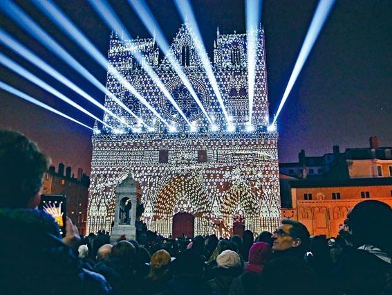 里昂主教座堂(Saint-Jean Cathedral)於2016年上演主要由Yann Nguema創作的《Evolutions》多媒體投影作品。