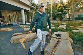 Tim講解土著如何利用回力鏢捕獵動物。