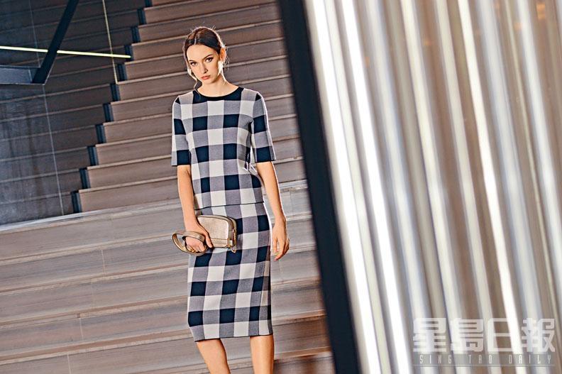 拼色格紋針織短袖上衣/$3,700及半截裙/$3,000、迷你金色手袋/$5,600。