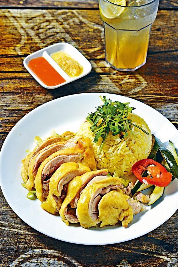 海南雞飯用嫩滑肉厚的美國雞髀配以泰式香茅雞油飯及醬汁,每日只供應約二十份,想吃便要趁早。($68)