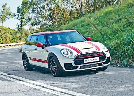 白身紅頂加上貼紙和十九吋軨,更添跑車氣質。