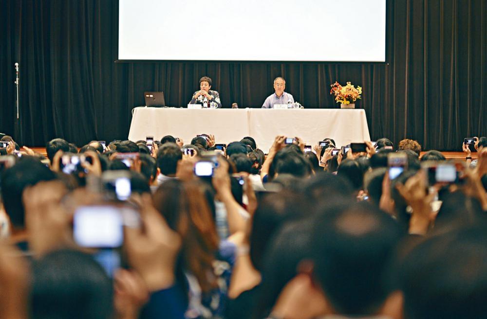 出席聖保羅男女中學附小簡介會的家長,紛舉起手機攝錄校長梁麗美的面試貼士。