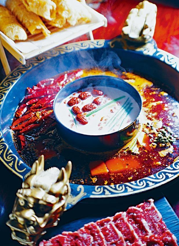 鴛鴦鍋包括成都麻辣鍋及滋補鍋,前者湯底辛香而麻辣味輕,味道與手切黃牛頸脊最夾。