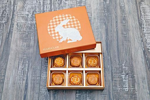一盒有兩款口味,分別為紫薯和奶黃月餅,每款三個。