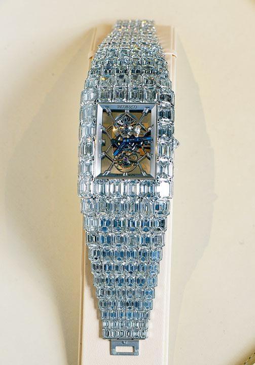 Jacob & Co. Billionaire Watch乃全場最貴腕表,鑽石重量亦屬最高,表身及表帶以18K金製成,鑲有二百三十九顆方形鑽石,重約二百六十卡,其中三十粒鑽石重量更各達三卡。每粒卡裝鑽石均附GIA鑽石鑑定證書。表內搭載JAAM 09鏤空陀飛輪機芯,小巧設計竟具七十二小時動力儲存,售價$160,000,000。