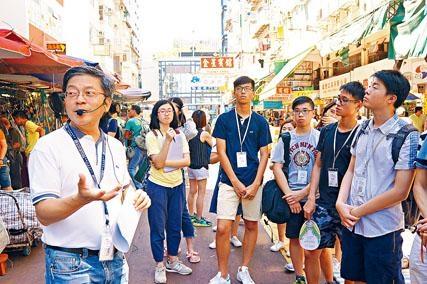 香港測量師學會會長何國鈞帶領參加「區區有特色」地區發展創作比賽的學生漫遊深水埗。