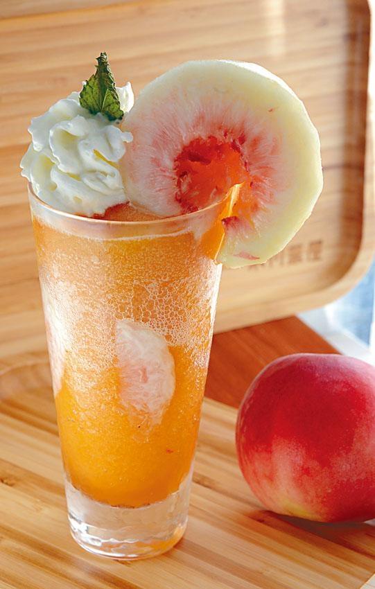 日本山梨縣白桃冰是近期大熱飲品,喝到一半時可將白桃放進杯中慢慢細嘗。