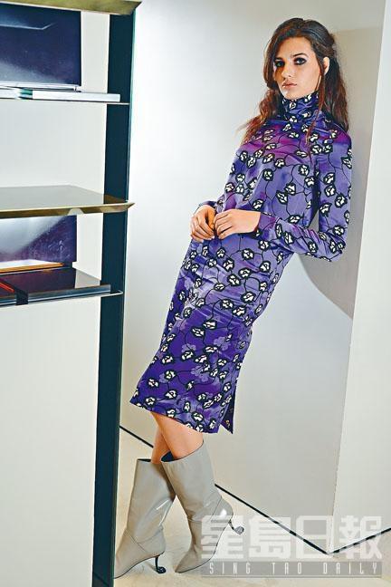 紫色綴花卉圖案連身裙、淺灰色皮革幼鞋跟短靴。