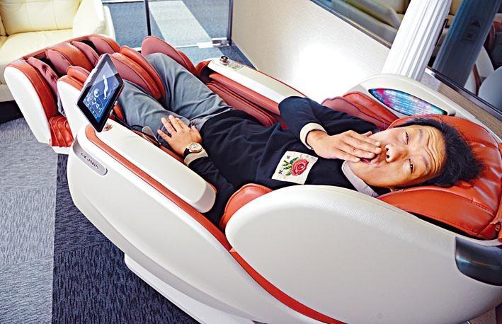 按摩椅椅背的軟墊品質高,感覺舒適。備有藍牙功能,能夠與手機對應播放音樂。