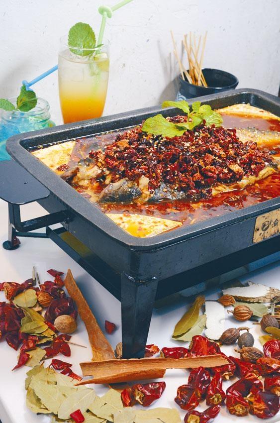 渝翁招牌豆花烤清江魚,把三十多種香料打碎、炒香,再製成醬料,香濃惹味,伴以少骨肉滑的清江魚,稱得上是絕配。