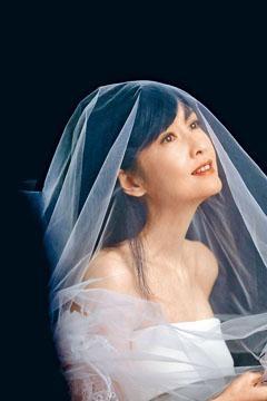 Vivian為紅館騷影婚紗照,一展女人味。