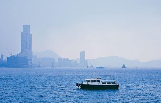本港昨天一片灰朦,維港籠罩煙霞。