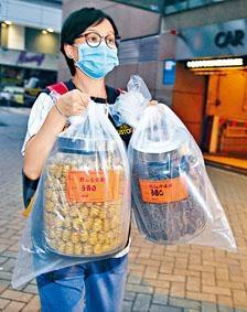 海關檢走石斛及乾珍珠肉,樽上仍可見標價。