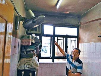 姓尹戶主指着燒毀的冷氣機,感到十分無奈。