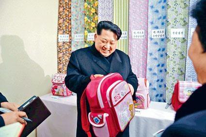 金正恩去年一月到平壤一間紡織廠視察。