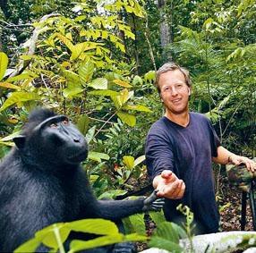 攝影師斯萊特與印尼黑冠獼猴合照。