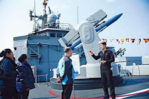 成功艦上配備的「標準一型」防空導彈發射架。