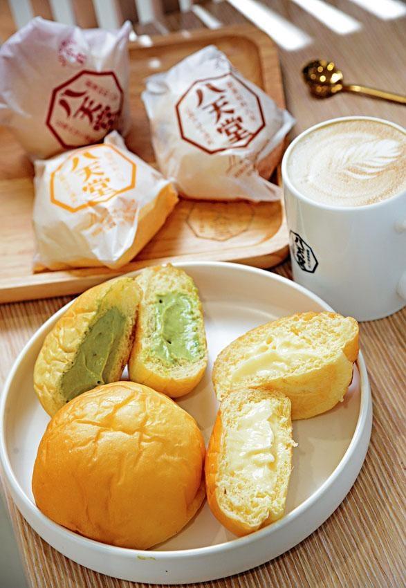 香港店設有五款口味,包括吉士麵包、抹茶奶油麵包,以及生奶油吉士麵包、朱古力奶油麵包和小倉紅豆奶油麵包。
