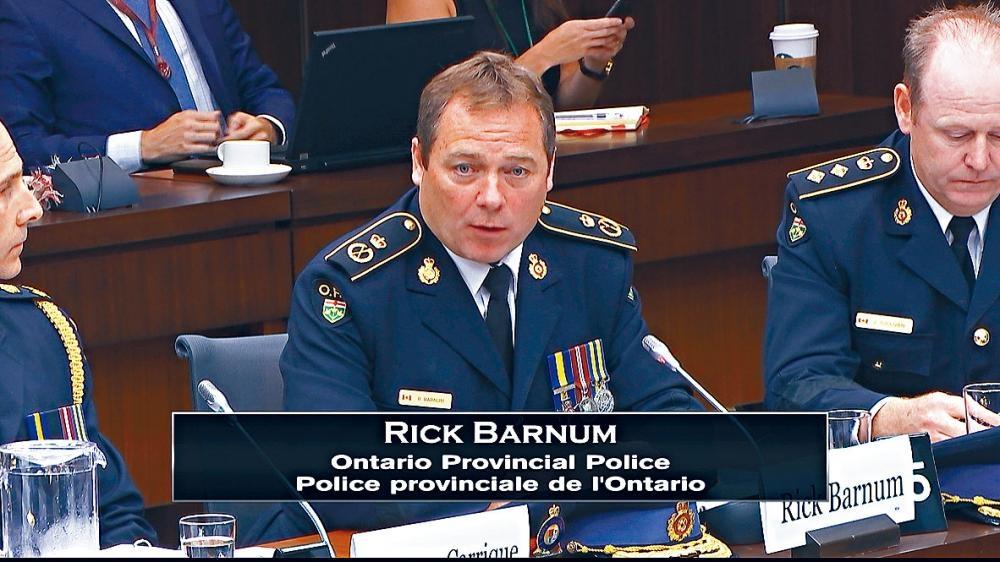 安省省警有組織罪案調查科副專員巴倫,昨出席聯邦國會衛生委員會聽證會。CBC