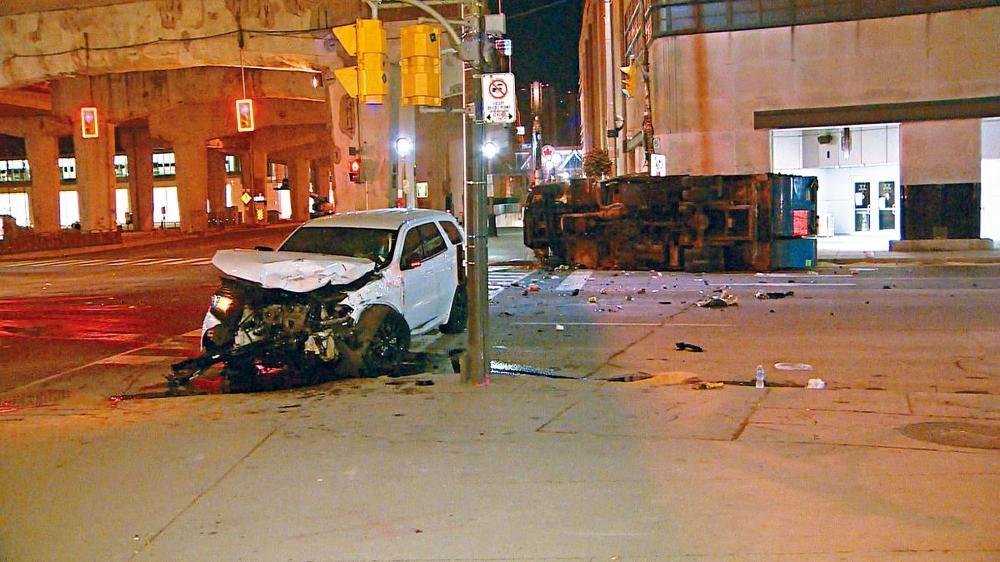 多用途汽車的車頭損毀嚴重,垃圾車事後翻側在路旁。  CBC