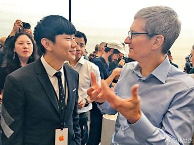 林俊傑獲邀出席發布會,並與Tim Cook合照,令不少網民葡萄。