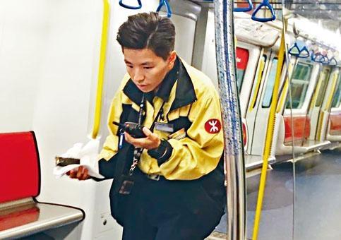 港鐵職員檢走出事的手機充電器。