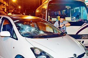 事主座駕玻璃被擊毀。
