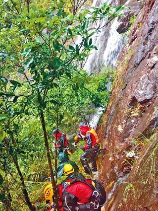 四位消防英雄與兩名事主,被困於崖邊等待增援。