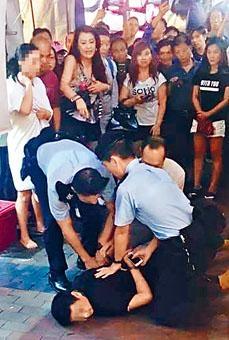 警員將疑犯截停,合力將其按在地上。