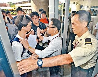 理大學生組織「理事亭」嘗試進入大樓,但遭保安阻止。