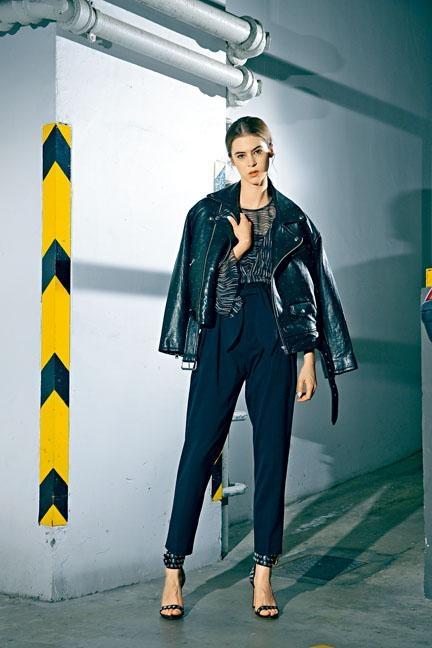 黑色皮革外套/$13,399、黑色綴波浪紋理透視上衣/$3,699、黑色高腰九分褲/$3,399、窩釘裝飾黑色高跟涼鞋/$5,499。(IRO)