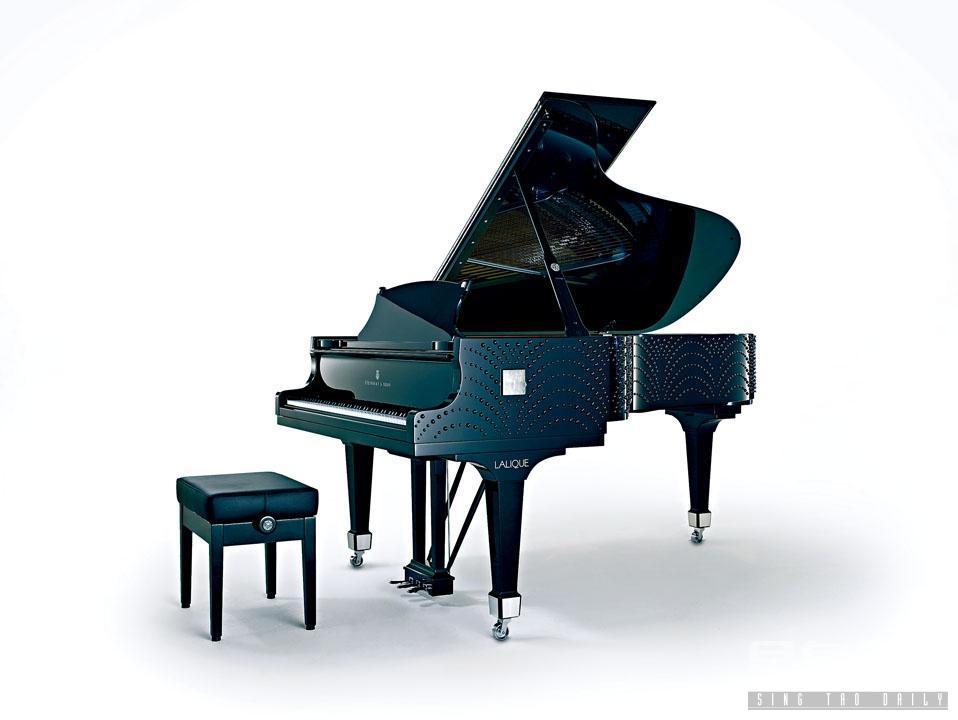 「水月玲瓏」鋼琴(Masque de Femme),共用了逾千顆黑白水晶裝飾,儼如一件巨型藝術品,掀開裝飾藝術新篇章。