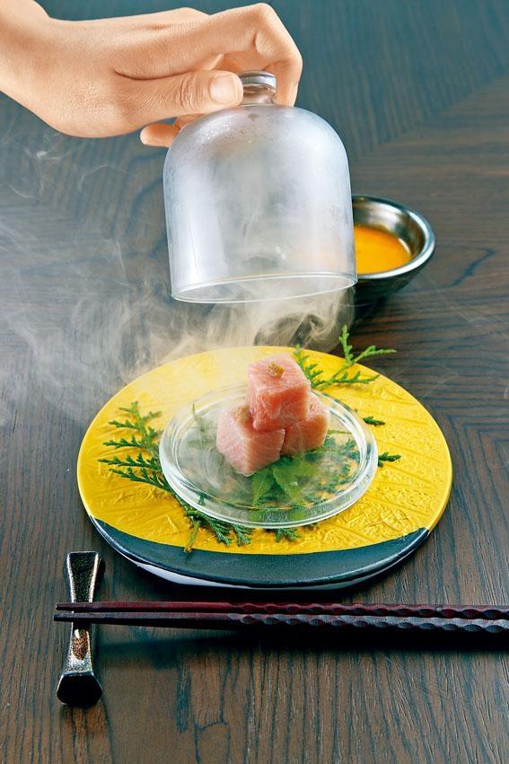 煙燻吞拿魚腩,賣相精緻,吞拿魚腩入口即融,口腔有着滿滿核桃木的煙燻香味。