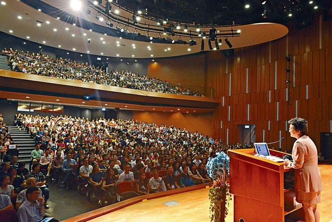 女拔中一入學簡介會座無虛席,有近一千四百家長攜同女兒出席。