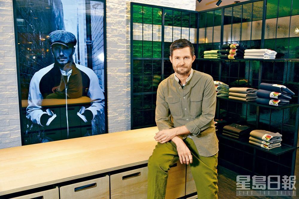 品牌的合作夥伴David Beckham,跟品牌創意總監Daniel Kearns共同創作最新的秋冬系列,展現英紳士的時尚新貌。