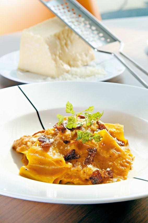 煙燻豬肉寬條麵 ,自家製Pappardelle寬條麵配以意國煙肉Pancetta及番茄忌廉汁享用。