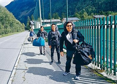 包括攀山教練梁念豪在內四港人,在瑞士遇雪崩一死一傷。