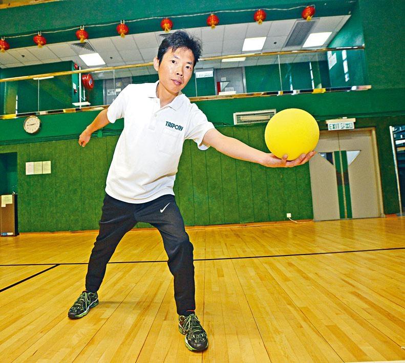 Chinese YMCA程序幹事盧國昌指手綿球好玩兼易學。