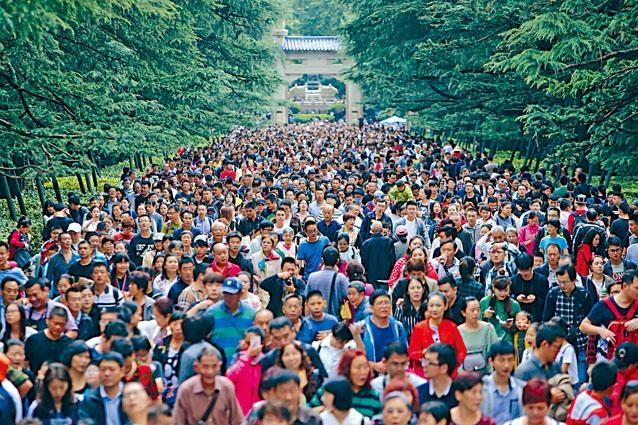 國慶長假第三天,南京中山陵園風景區迎來「井噴」客流。