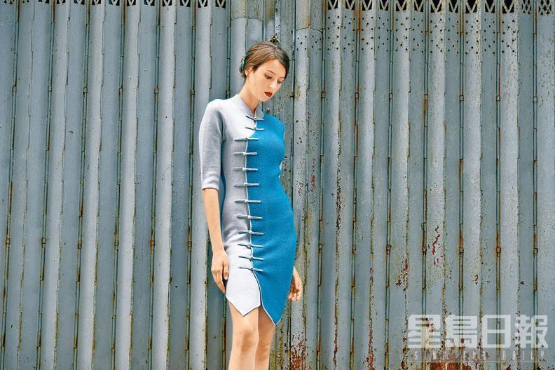 這款拼色旗袍,不對稱的裙襬剪裁打破傳統,再配以中式鈕扣及變奏而成的前襟設計,令裙款更見青春時尚。