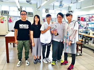 奪得創意大獎的防水套裝,是由許仲繩紀念學校三位男生研發,包括劉偉健和劉偉海兩兄弟(右一及右三)及韋俊聰。
