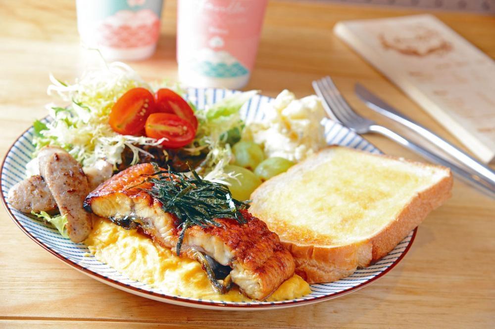 和式全日早餐(蒲燒鰻魚味噌炒蛋吐司)鰻魚香甜,炒蛋滑溜,多士脆口,早餐內所有食物都是滿分之作,一吃便有好心情。